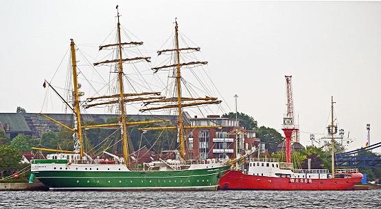 Großsegler und Feuerschiff in Wilhelmshaven